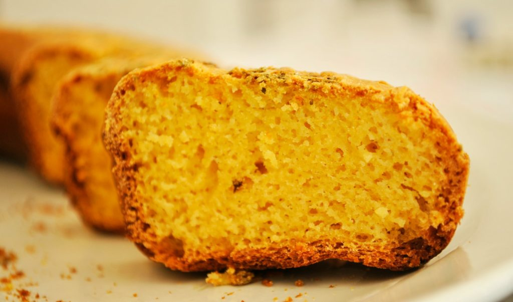 pane-giallo-con-erbe-erbe-aromatiche-1