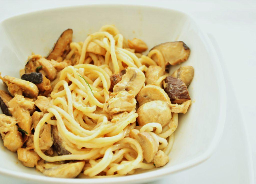 spaghetti di riso ai funghi